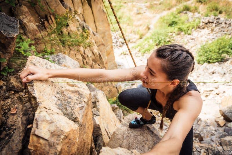 年轻登山人攀岩 免版税库存照片