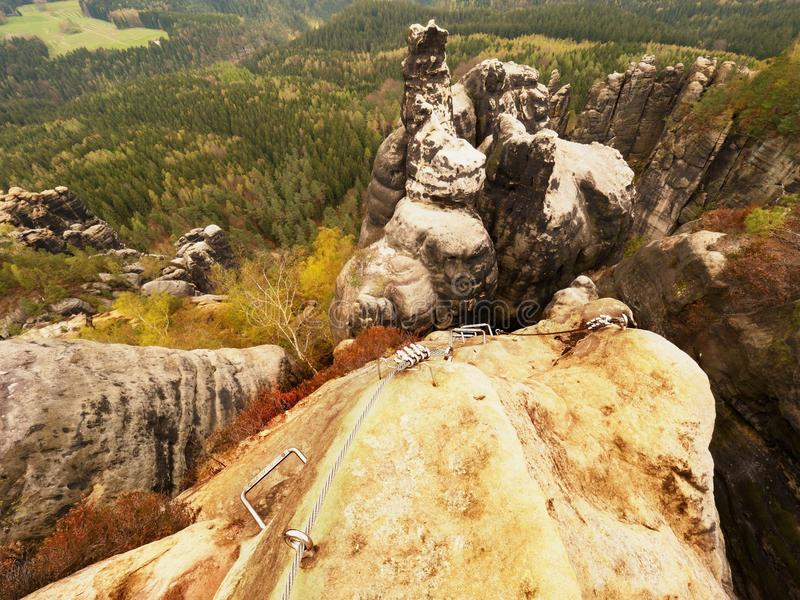 登山人梯子 电烙在块固定的扭转的绳索由螺丝短冷期勾子 绳索末端 免版税库存图片