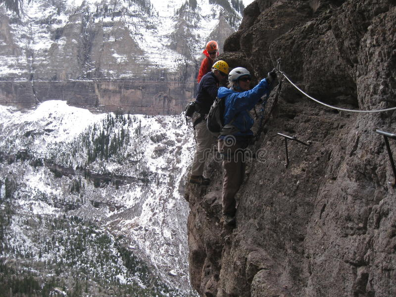 登山人沿横断通过Ferrata 库存图片
