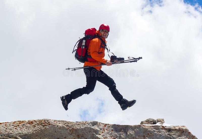 登山人跳 库存照片