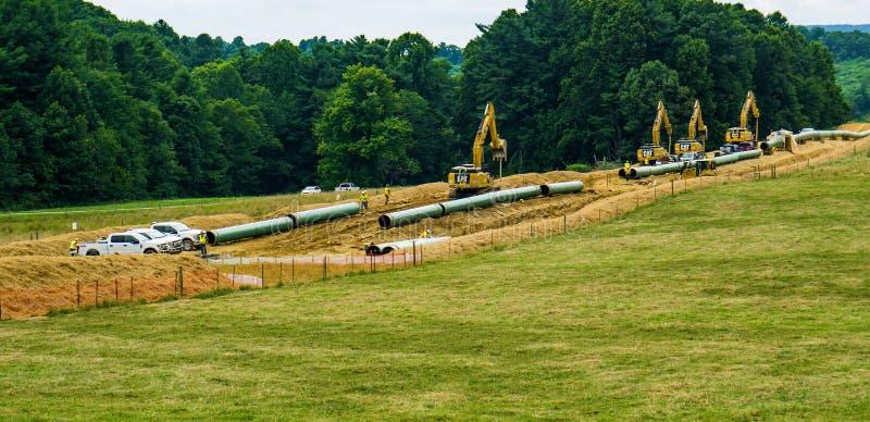 山使用重型建筑设备的谷管道 库存照片