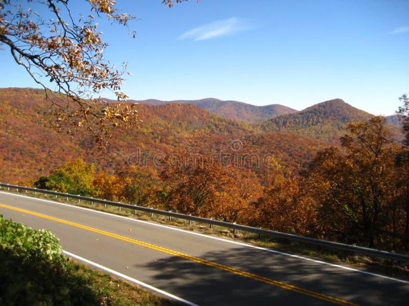 山俯视风景的路 免版税库存照片