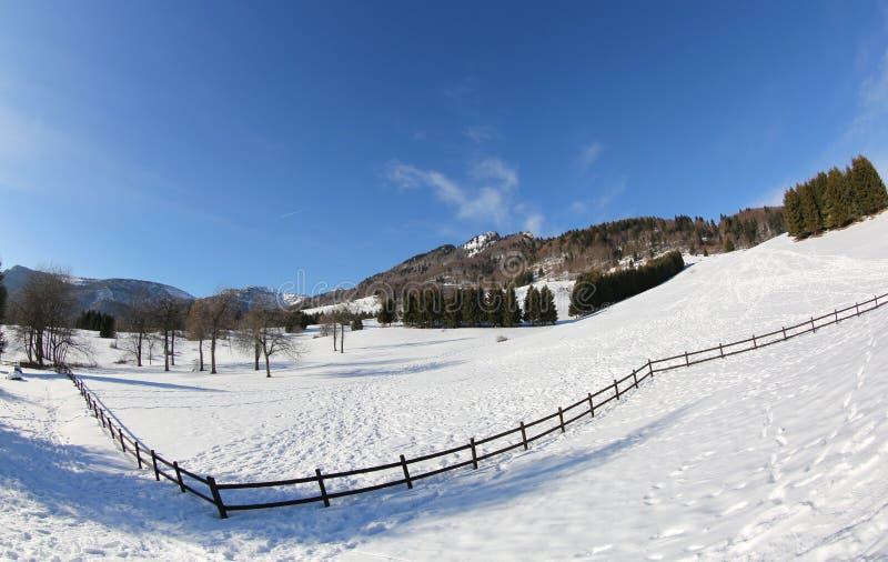 山全景与雪的在冬天拍摄了与fi 免版税库存照片