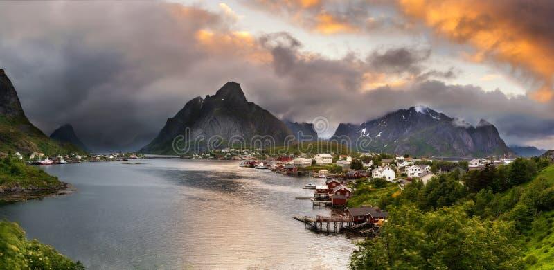 山全景和雷讷在Lofoten海岛,挪威 免版税图库摄影