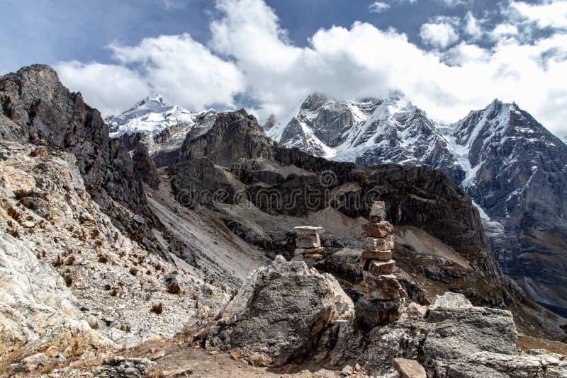 山全景在山脉Huayhuash,安第斯山脉,秘鲁 免版税图库摄影