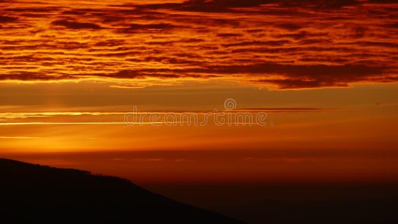山全景在日出的 巴比亚GÃ ³镭波兰,欧洲南部的倾斜  图库摄影