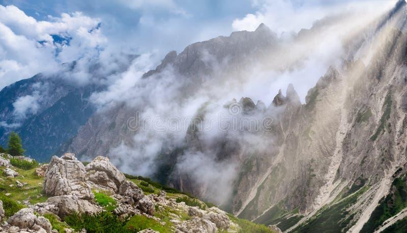 山全景在白云岩阿尔卑斯,意大利 在云彩的山土坎 在夏时的美好的风景 免版税图库摄影