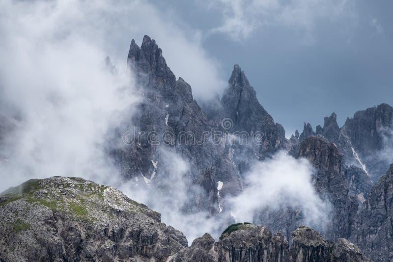 山全景在白云岩阿尔卑斯,意大利 在云彩的山土坎 免版税库存照片