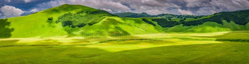 山全景在Castelluccio,翁布里亚,意大利 库存图片