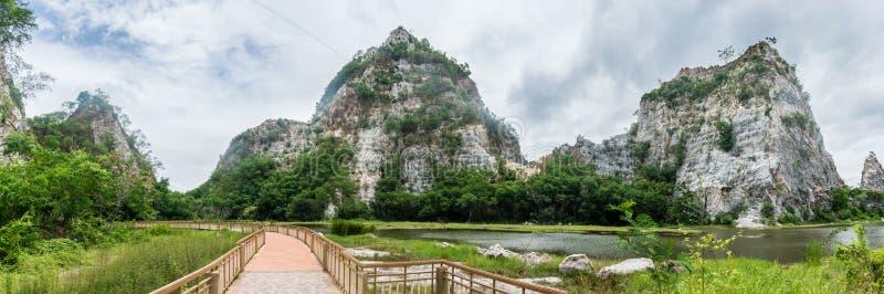 山全景风景与步行方式的在登上Khao Ngoo岩石公园或Thueak Khao Ngu, Ratchaburi古老纪念碑 库存图片