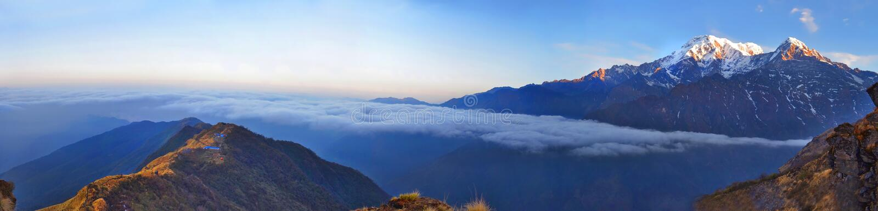 山全景风景在喜马拉雅山 在云彩上的里奇 免版税图库摄影