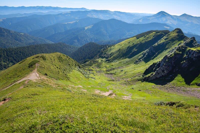 山全景-喀尔巴阡山脉,乌克兰春天 免版税库存照片