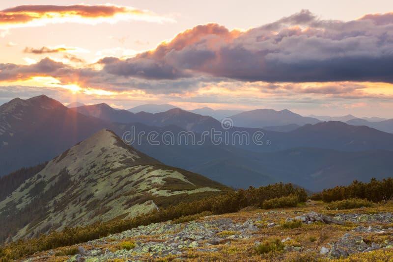 山全景-日落时间 美好的峰顶的云彩 免版税库存图片