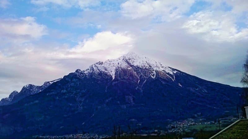 山全景 E 峰顶和山植被的全景照片 库存图片