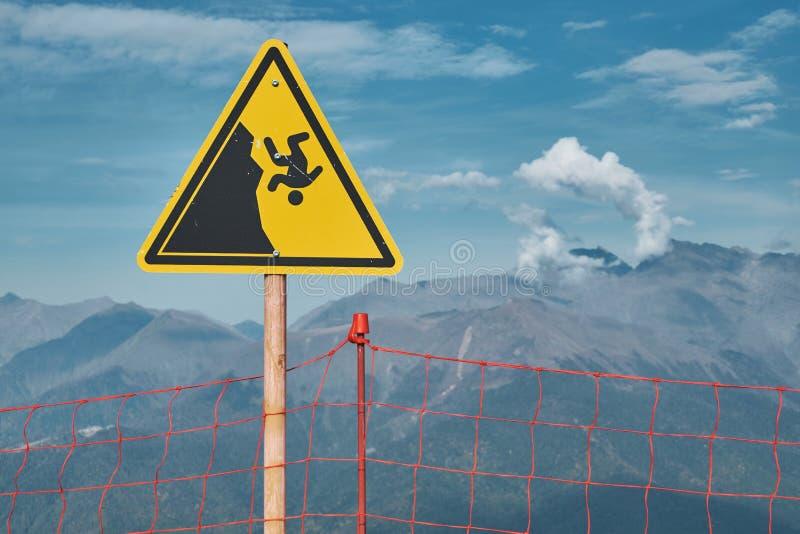 山关于峭壁落的危险标志 极端炫耀危险概念 免版税库存照片