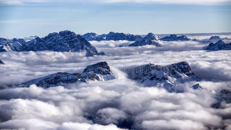 山冠上漂浮在云彩海  图库摄影