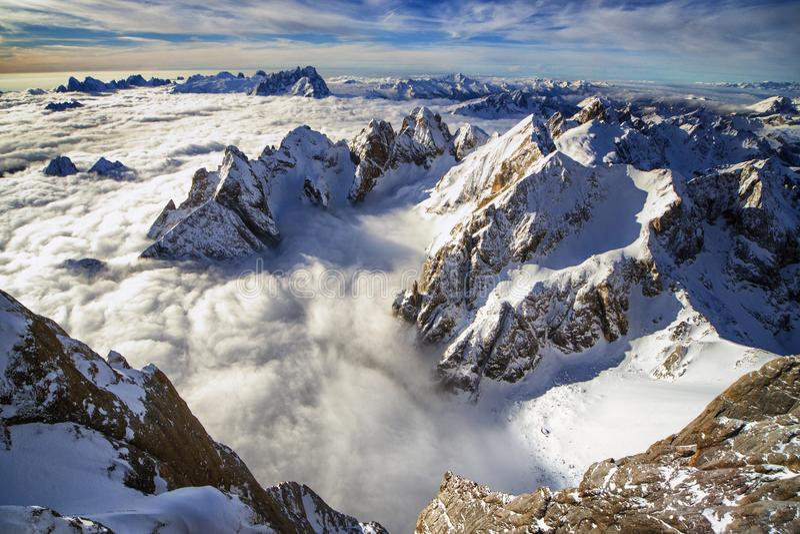山冠上漂浮在云彩海  免版税库存照片