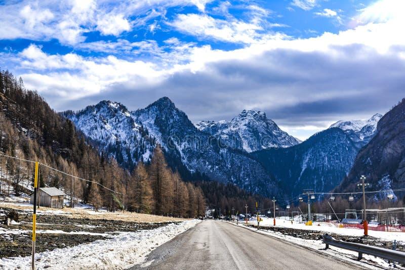 山冬天风景,白云岩在意大利 免版税图库摄影
