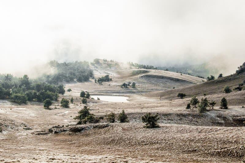 山冬天风景 太阳是光亮的 雪谷 免版税库存照片