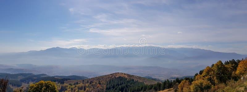 山剪影全景与薄雾的 库存照片