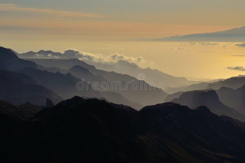 山剪影在日落的 库存图片