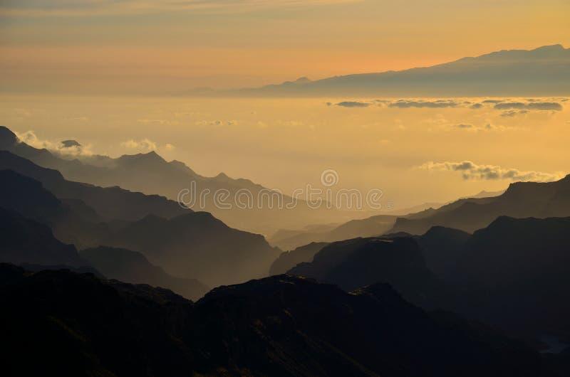 山剪影在日落的 免版税库存照片