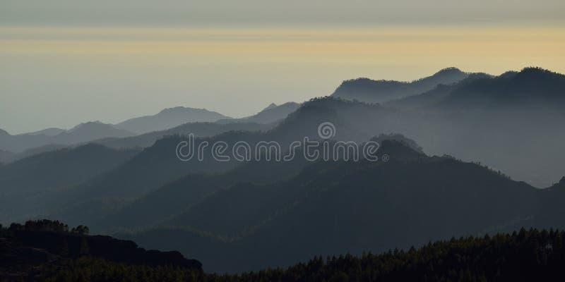 山剪影在日落的 库存照片
