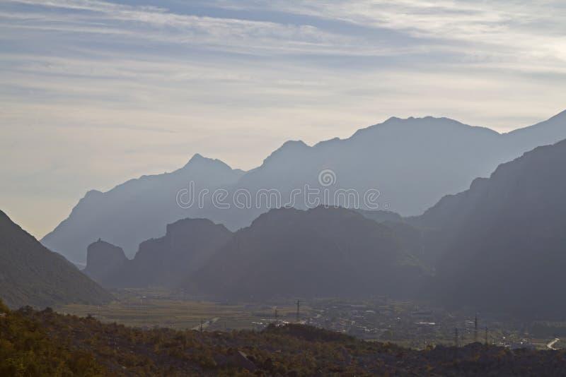 Download 山剪影在Arco中 库存图片. 图片 包括有 旅游业, 达到高潮, 小山, 寂寞, 意大利, 假期, 沈默 - 62528189