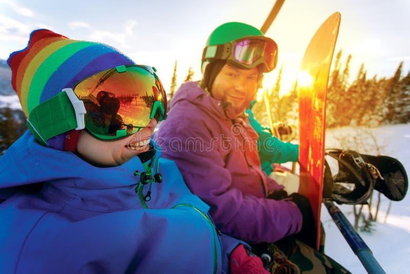 山区度假村的小组快乐的挡雪板 库存照片