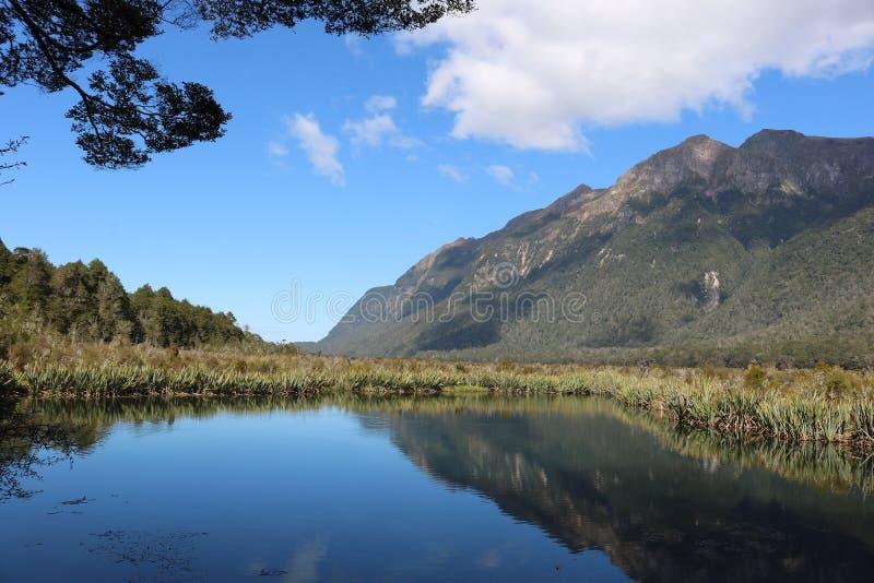 山反射Mirror湖, Eglinton谷 免版税库存图片
