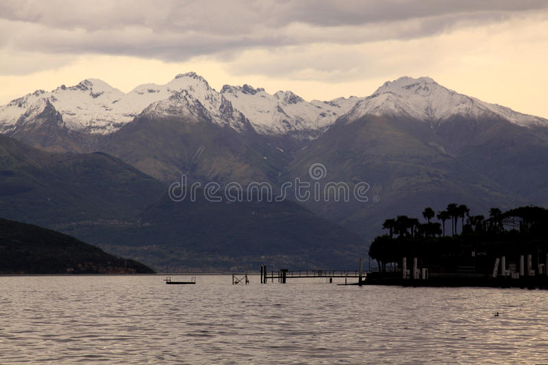 山和云彩在日落前在科莫湖 免版税库存图片