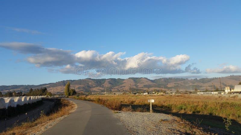 山和云彩天空视图  免版税库存图片