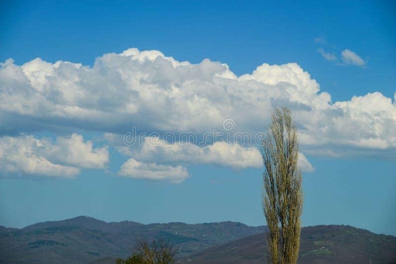 山和云彩风景  免版税库存图片