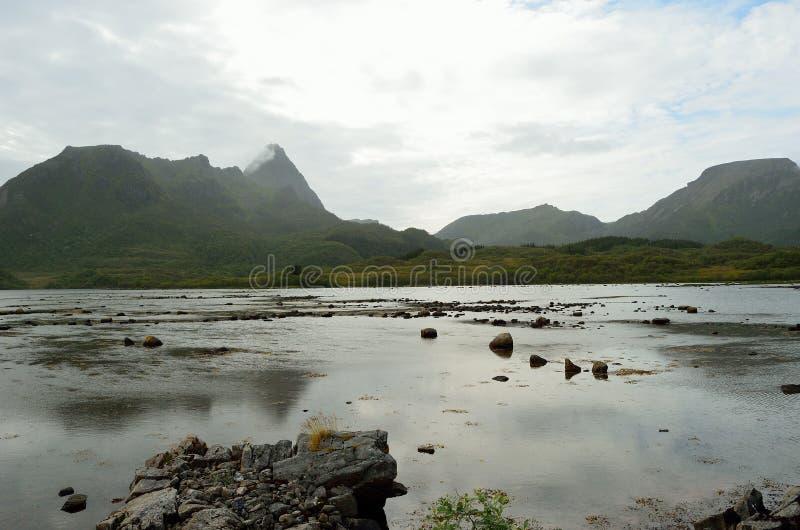 山和内地的海水vesteraalen 免版税库存图片