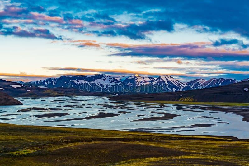 山和冻湖的火山的风景 库存图片