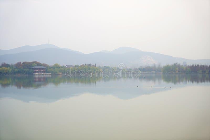 山和国家有倒置阴影的在水中 库存图片