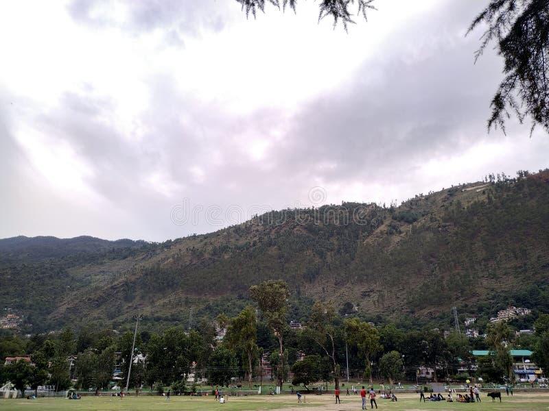 山和多云天空风景看法  免版税库存照片