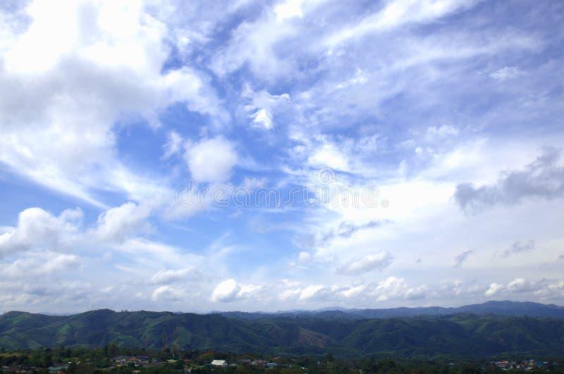 山和天空。 库存图片