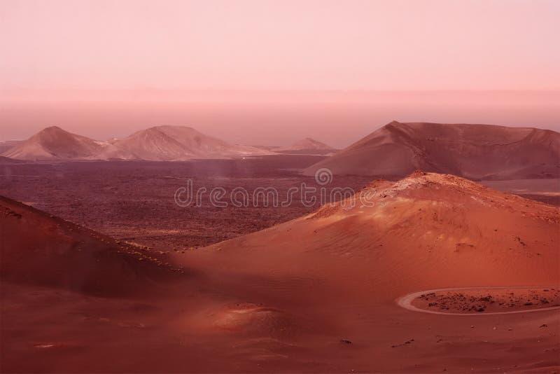 山和小山在尘土沙尘暴期间 火星红色行星模仿 Marsian风景 定调子 免版税库存照片