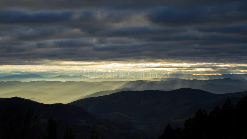 绵延山和山在秋天日落,看法从Bobija山 库存照片