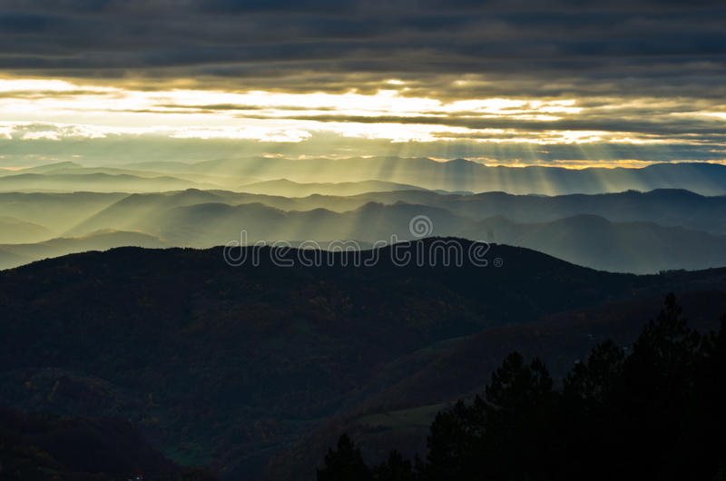 绵延山和山在秋天日落,看法从Bobija山 免版税库存照片