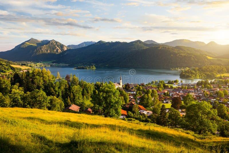 山和山湖看法在日落期间在夏天 库存照片