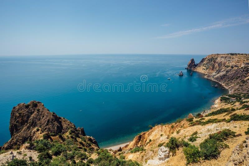 山和岩石海岸天蓝色的黑海,海角Fiolent,克里米亚的美丽的景色 免版税库存图片