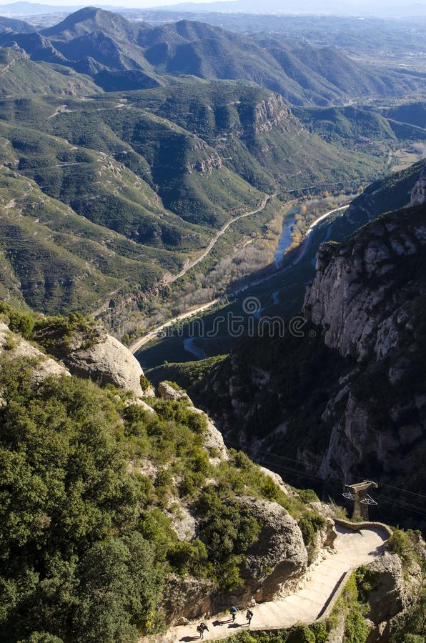 山和森林石道路全景在河峡谷从 库存图片