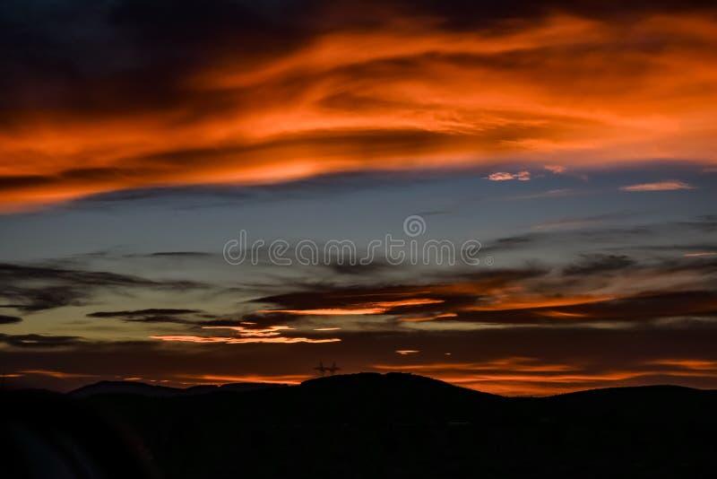 山和橙色日落在沙漠 库存照片