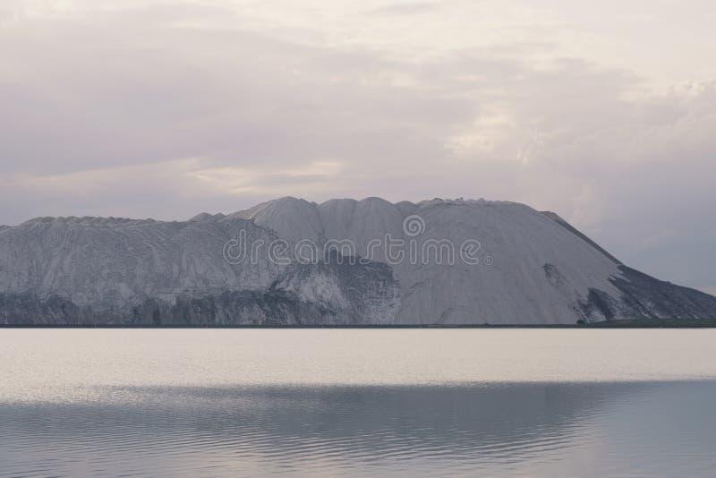 山和水表面 免版税库存图片