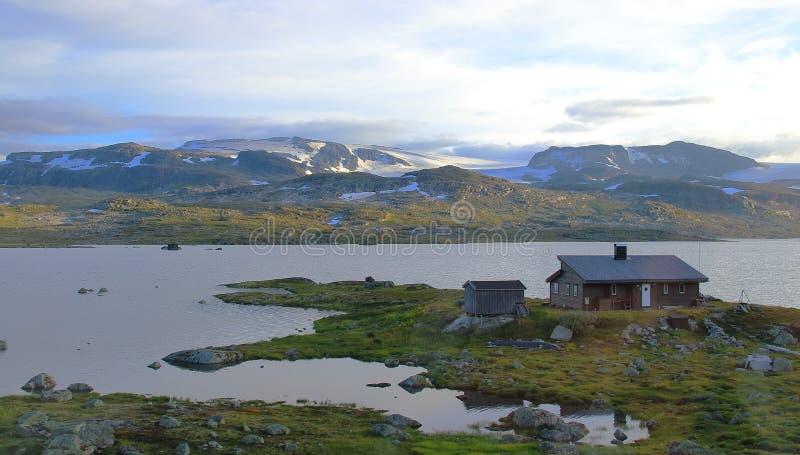 山和湖令人惊讶的风景在艾于兰地区,接近莫达尔山村,挪威 库存照片