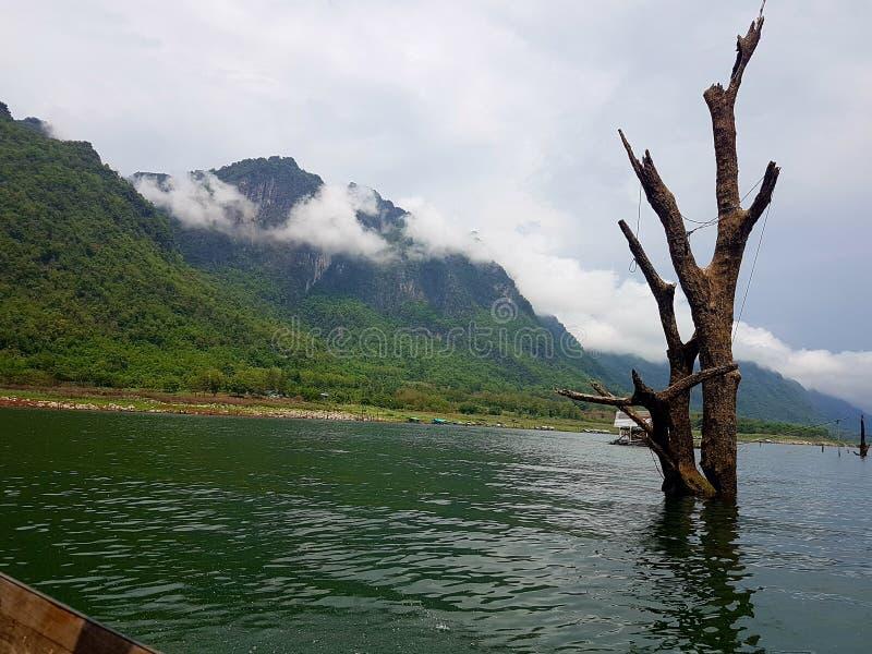 山和湖视图 免版税库存图片