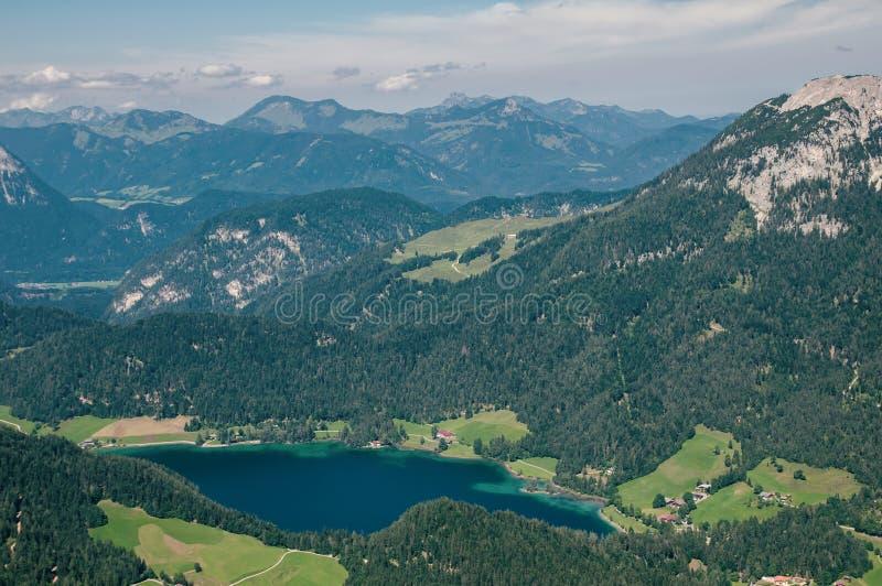 山和湖鸟瞰图在巴伐利亚 免版税库存照片