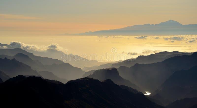 山和特内里费岛海岛剪影在背景,加那利群岛中 库存照片